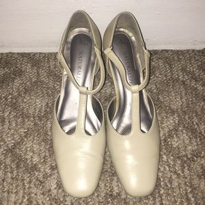 Bone colored Naturalizer dress shoes lightly worn